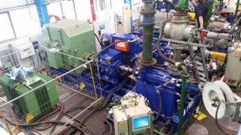 Rechts die Pumpe, links der vorhandene Motor und dazwischen das neuartige elektromechanische Differenzialsystem zur Drehzahlregelung (im Testfeld)